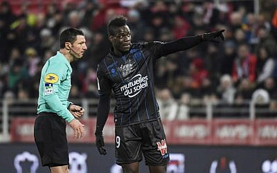 Nice's Italian forward Mario Balotelli , right, talks with French referee Nicolas Rainville during the French L1 football match between Dijon (DFCO)  and Nice (OGCN) at the Gaston Gerard Stadium in Dijon, central France, on February 10, 2018. (PHILIPPE DESMAZES/AFP)