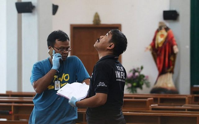 Indonesian police examine the scene after a knife attack at a church during a Sunday mass in Sleman, Yogyakarta province on February 11, 2018. (AFP PHOTO / HENRYANTO)