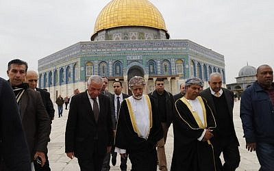 Omani Minister for Foreign Affairs Yusuf bin Alawi center, visiting the Al-Aqsa mosque compound on the Temple Mount in the Old City of Jerusalem, February 15, 2018. (Ahmad GHARABLI/AFP)