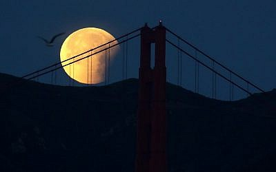 A partially eclipsed super blue blood moon sets behind the Golden Gate Bridge on January 31, 2018 in San Francisco, California (Justin Sullivan/Getty Images/AFP