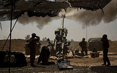 US soldiers from the 82nd Airborne Division fire artillery in support of Iraqi forces fighting Islamic State militants from their base east of Mosul on April 17, 2017. (AP Photo/Maya Alleruzzo, File)