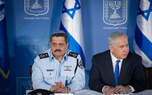 Israel Police Commissioner Roni Alsheich, seen with Prime Minister Benjamin Netanyahu, at a welcoming ceremony for his appointment, held at the Prime Minister's Office in Jerusalem, on December 3, 2015. (Miriam Alster/Flash90)