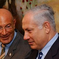 Arnon Milchan (left) and Benjamin Netanyahu at a press conference in the Knesset on March 28, 2005. (Flash90)