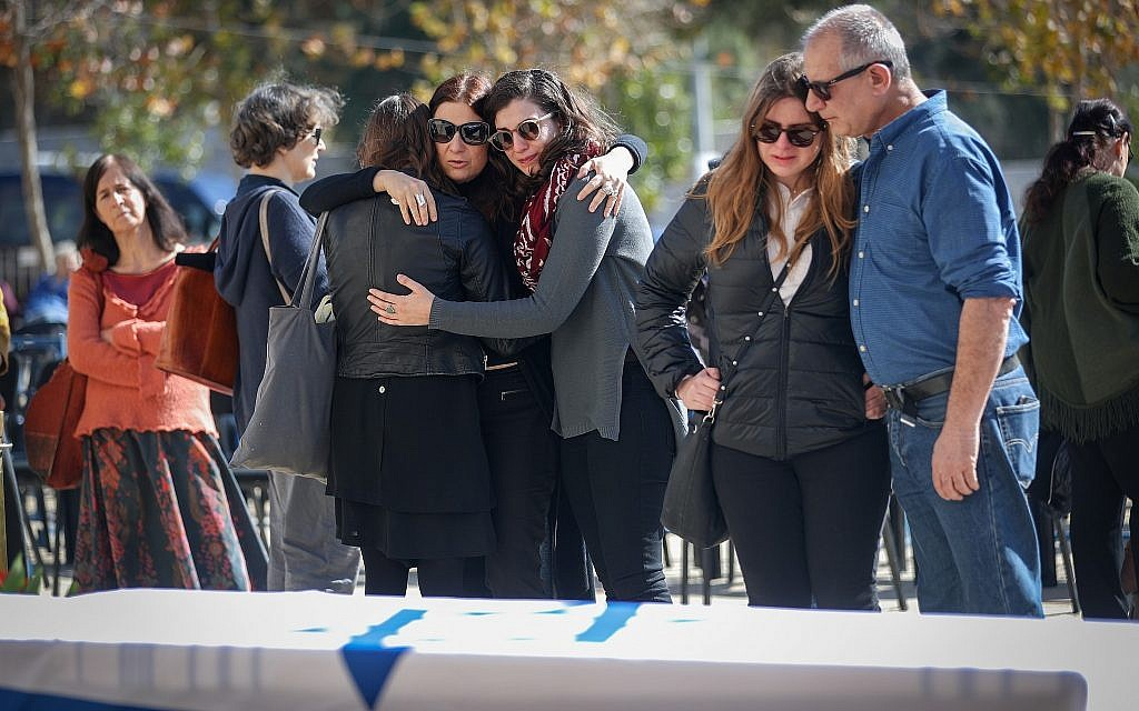 Israelis mourn near the coffin carrying Israeli poet, novelist, journalist and filmmaker Haim Gouri, outside the Jerusalem theater on February 1, 2018. Gouri passed away yesterday. (Yonatan Sindel/Flash90)