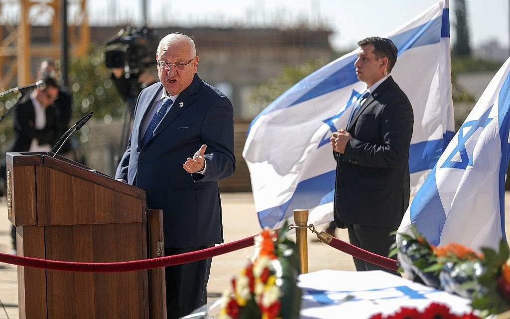 President Reuven Rivlin speaks in front of Haim Gouri's coffin outside the Jerusalem Theatre on February 1, 2018. (Yonatan Sindel/Flash90)