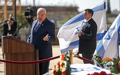 President Reuven Rivlin speaks in front of Haim Gouri's coffin outside the Jerusalem Theatre on February 1, 2018. (Yonatan Sindel/Flash90)