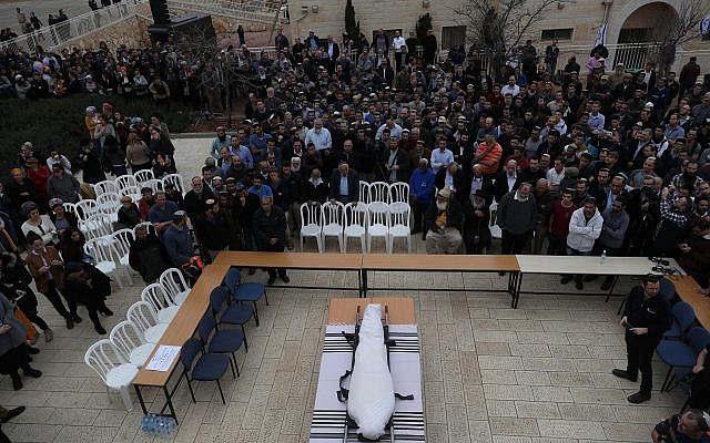 The funeral of terror victim Rabbi Itamar Ben-Gal in the West Bank settlement of Har Bracha, February 6, 2018. (Yonatan Sindel/Flash90