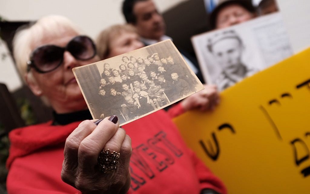 Holocaust survivors and activists take part at a protest at the Polish embassy in Tel Aviv, February 8, 2018. (Tomer Neuberg/Flash90)