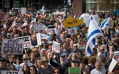 Illustrative: Israelis protest against corruption, urging Prime Minister Benjamin Netanyahu to resign, in Tel Aviv on February 16, 2018 (Miriam Alster/Flash90)