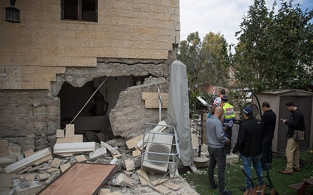 Police at the scene of a gas explosion at an apartment building in Jerusalem on February 20, 2018. (Yonatan Sindel/Flash90)