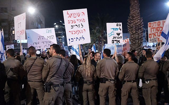 Right-wing Israeli activists protest in support of the deportation of African asylum seekers from Israel, February 21, 2018 (Tomer Neuberg/Flash90)