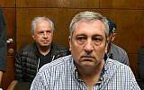 Prime Minister Benjamin Netanyahu's former spokesman Nir Hefetz (foreground) and Bezeq controlling shareholder Shaul Elovitch attend a remand hearing at the Tel Aviv Magistrate's Court, February 26, 2018. (Flash90)
