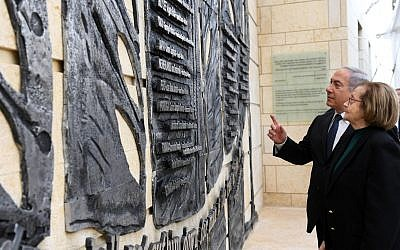 Prime Minister Benjamin Netanyahu (L) and Nina Admoni, who was saved by Japanese diplomat Chiune Sugihara, inspect a memorial to foreign diplomats who saved Jews during World War II at the Foreign Ministry in Jerusalem on February 5, 2018 (HaimTzach / GPO)