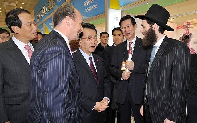 Rabbi Osher Litzman with then-South Korean prime minister,  Han Seung-soo. (Courtesy)