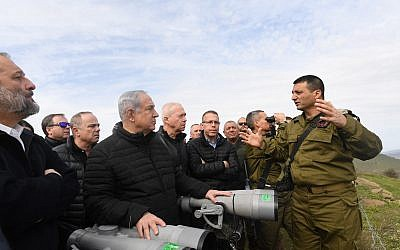 Ministers in the security cabinet, led by Prime Minister Benjamin Netanyahu, receive briefings from IDF officers while touring the Golan Heights, February 6, 2018. (Kobi Gideon/GPO)