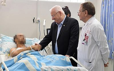 President Reuven Rivlin visiting IDF pilots, who were injured when an Israeli F-16 was hit by Syrian anti-aircraft fire, February 11, 2018. (Mark Neiman/GPO)