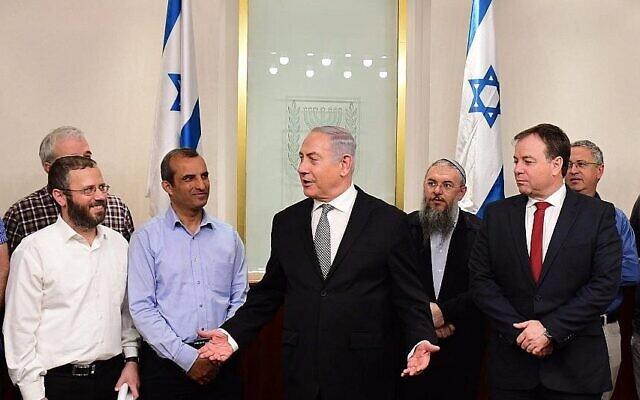 O primeiro-ministro Benjamin Netanyahu (c) se reúne com líderes de colonos em seu escritório em 25 de fevereiro de 2018. (Amos Ben Gershom / GPO / File)