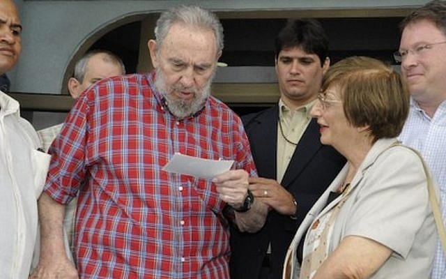 Adela Dworin with Fidel Castro in Havana, in August 2010. Journalist Jeffrey Goldberg is at right. (Cubadebate state media)