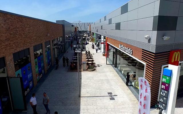 Ashdod's Big Fashion open air mall (YouTube screenshot)