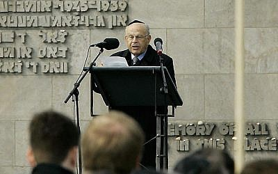 Sam Bloch speaking during a ceremony marking the 60th anniversary of the liberation of the Bergen-Belsen camp on  April 17, 2005.  (JOCHEN LUEBKE/AFP/Getty Images)