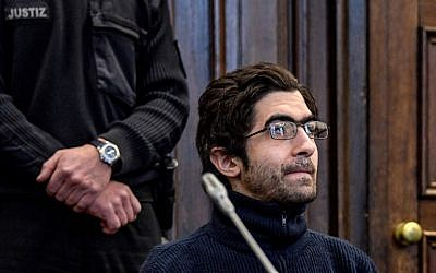 Ahmad Alhaw, a 27-year-old Palestinian man, waits in a courtroom on March 1, 2018 in Hamburg before the verdict in his trial over his knife attack in a supermarket that left one man dead and wounded six other people. (AFP PHOTO / POOL / Axel Heimken)