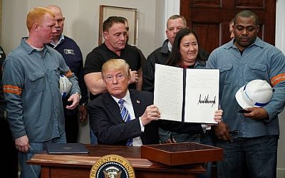 US President Donald Trump signs Section 232 Proclamations on Steel and Aluminum Imports in the Oval Office of the White House on March 8, 2018, in Washington, DC. ( AFP PHOTO / Mandel NGAN)