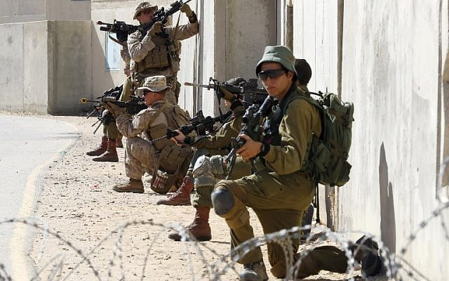 Israeli paratroopers and US soldiers from the 2nd Battalion, 6th Marine Regiment take part in training during the joint Israeli-US military Juniper Cobra exercise at the Tzeelim urban warfare training center in southern Israel on March 12, 2018. (Jack Guez/AFP)