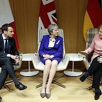 British Prime Minister Theresa May (C), German Chancellor Angela Merkel (R) and French President Emmanuel Macron give a press conference following a meeting on the sidelines of the European Union leaders summit in Brussels, on March 22, 2018. (AFP PHOTO / POOL / Francois Lenoir)