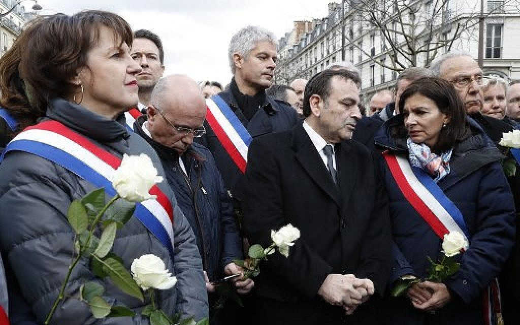Politicians including (2L/R); LR MP Eric Ciotti, LR president Laurent Wauquiez, President of the Israelite Central Consistory of France Joel Mergui, Mayor of Paris Anne Hidalgo and Mayor of Paris third district Pierre Aidenbaum and others prepare to take part in a silent march in Paris on March 28, 2018, in memory of Mireille Knoll, an 85-year-old Jewish woman murdered in her home in what police believe was an anti-Semitic attack. (AFP PHOTO / FRANCOIS GUILLOT)