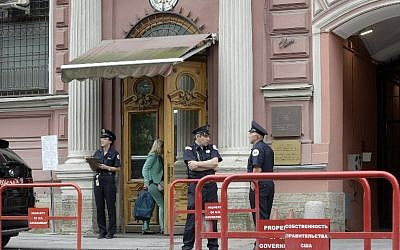 In this photo taken on July 31, 2017 security officers stand guard outside the US Consulate in Saint Petersburg. (AFP PHOTO / Olga MALTSEVA)