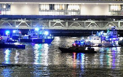 Emergency responders work at the scene of a helicopter crash in the East River March 11, 2018 in New York City. (Dimitrios Kambouris/Getty Images/AFP)