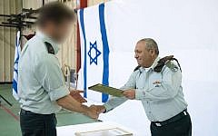 IDF chief Gadi Eisenkot awards an official commendation to the Sayeret Matkal and Military Intelligence special missions units on March 27, 2018. (Israel Defense Forces)