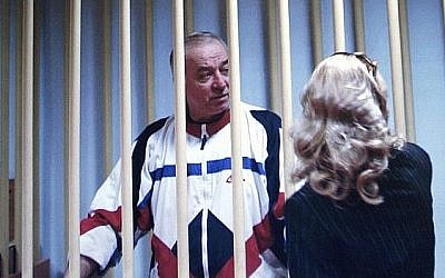 Sergei Skripal speaks to his lawyer from behind bars in Moscow, August 9, 2006 (AP Photo/Misha Japaridze)