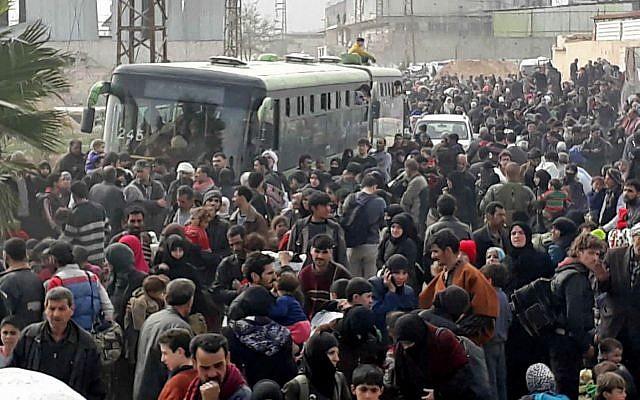 """Migliaia di siriani vengono """"evacuati"""" da Ghouta verso Idlib, 15/03/2018. Credits to: AP."""
