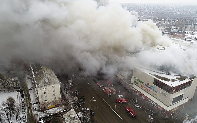 Smoke rises above a multi-story shopping center in the Siberian city of Kemerovo, about 3,000 kilometers (1,900 miles) east of Moscow, Russia on March 25, 2018. (Russian Ministry for Emergency Situations photo via AP)