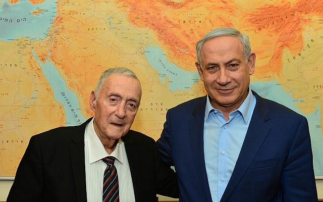 Prime Minister Benjamin Netanyahu (right) meets with Uri Lubrani at the Prime Minister's Office in Jerusalem on November 29, 2015. (Kobi Gideon/GPO)