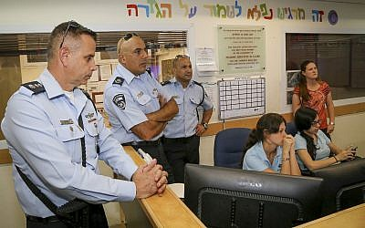 Moshe Barkat (R), commander of the Israel Police's Judea and Samaria District visits Efrat, on September 18, 2016 (Gershon Elinson/Flash90)