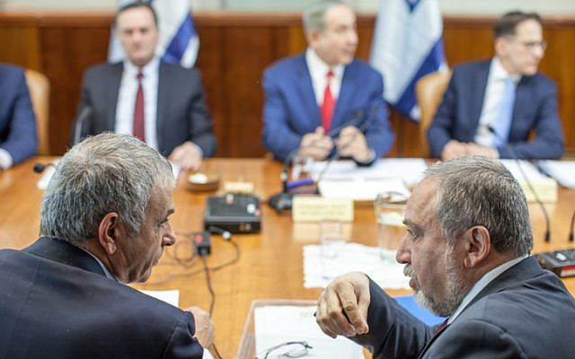 Finance Minister Moshe Kahlon (foreground, left), speaks to Defense Minister Avigdor Liberman (foreground, right), at the weekly cabinet meeting in Jerusalem, November 20, 2016. (Emil Salman/Pool)
