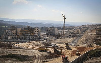 A construction site for new apartment buildings in Beit Shemesh on February 21, 2017. (Yaakov Lederman/Flash90)