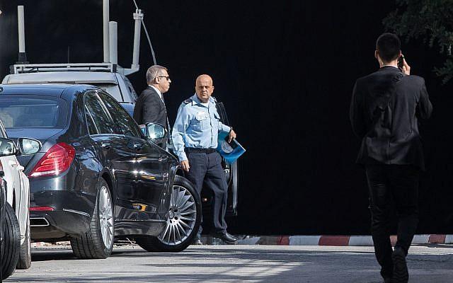 Police investigators arrive at the prime minister's resident in Jerusalem to interrogate Prime Minister Benjamin Netanyahu, March 2, 2018 (Yonatan Sindel/Flash90)