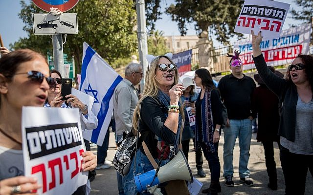Israelis protest against Prime Minister Benjamin Netanyahu outside his Jerusalem residence, as police question him inside, March 2, 2018 (Yonatan Sindel/Flash90)
