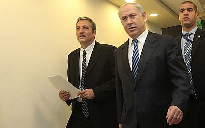 Prime Minister Benjamin Netanyahu (c) and Nir Hefetz (l) arrive at the weekly cabinet meeting held in the Prime Minister's Office in Jerusalem, December 13, 2009. (Yossi Zamir/Flash90)