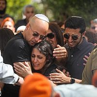 Family members of Cpt. Ziv Daos mourn near his coffin during his funeral in Holon on March 18, 2018. (Miriam Alster/Flash90)