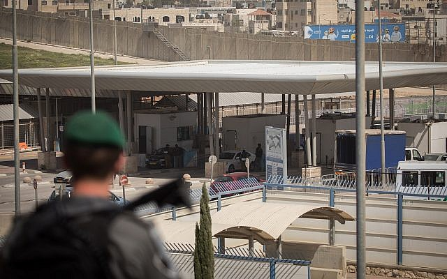 Illustrative: Border Police officers guard the Qalandiya checkpoint north of Jerusalem on March 27, 2018. (Yonatan Sindel/Flash90)
