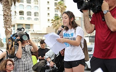 Parkland shooting survivor Dani Tylim speaking at the 'March for Our Lives' protest in Tel Aviv on March 23, 2018. (Tracy Frydberg/Times of Israel)