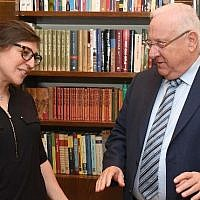 Actress Mayim Bialik, left, meets President Reuven Rivlin at his residence in Jerusalem, March 18, 2018. (Mark Neiman/GPO)