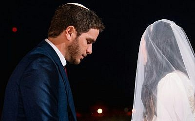 Noam Oren (L) and his wife on their wedding day on August 16, 2016. (Yarin Taranos/courtesy)