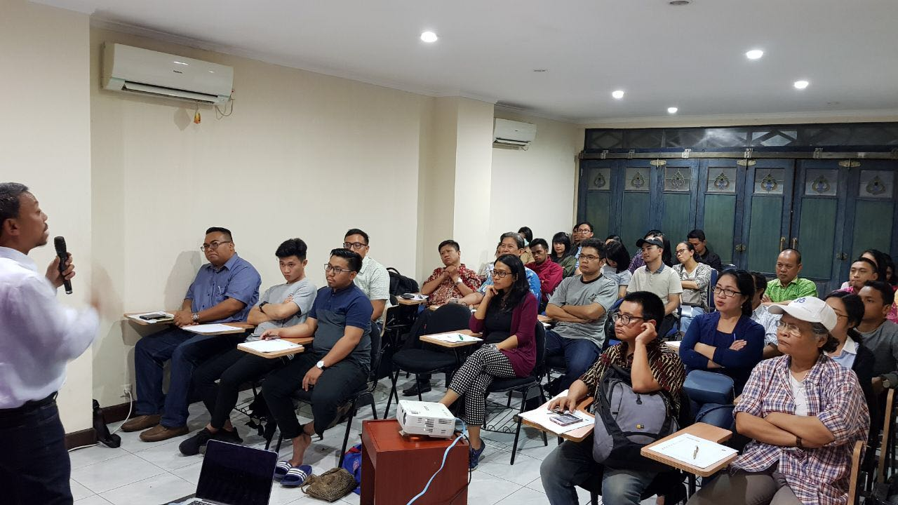 Sapri Sale, left, teaching a Hebrew class in Jakarta, February 2018 (courtesy)