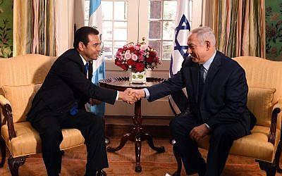 Prime Minister Benjamin Netanyahu (right) and Guatemalan President Jimmy Morales meet in Washington DC, March 4, 2018. (Haim Zach/GPO)