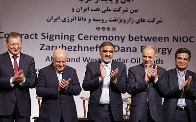 (From L-R) Segey Kudryashov, general director of Zaubezhneft, Iranian Oil Minister Bijan Namadar Zanganeh, Chairman of Iran's Energy Commission Fereydoun Hasanwand, Ali Kardor Managing Director of Iran's National Oil Company and Mohammad Iravani CEO and Chairman of Dana energy applaud after signing an oil field agreement in Tehran, on March 14, 2018. (AFP PHOTO / ATTA KENARE)